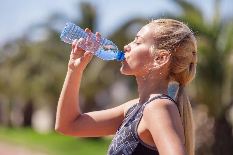 在劇烈運動中喝含糖與咖啡因飲料傷身體?