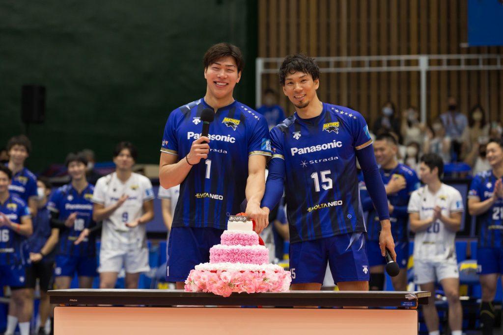 日本》福澤達哉引退儀式,與清水邦廣切結婚蛋糕約定10年後「簽合約」